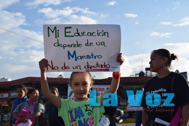 Maestros y médicos de Ciudad Guzmán se unen para manifestarse contra reformas