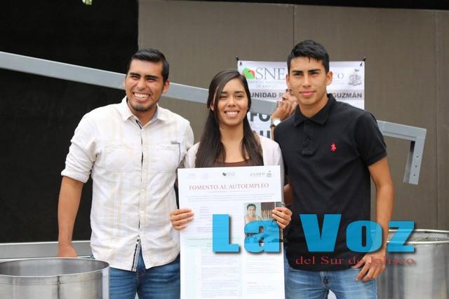 Entregan apoyo económico a tres jóvenes emprendedores de Zapotiltic