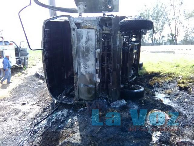 Vuelca camioneta de carga y luego se incendia